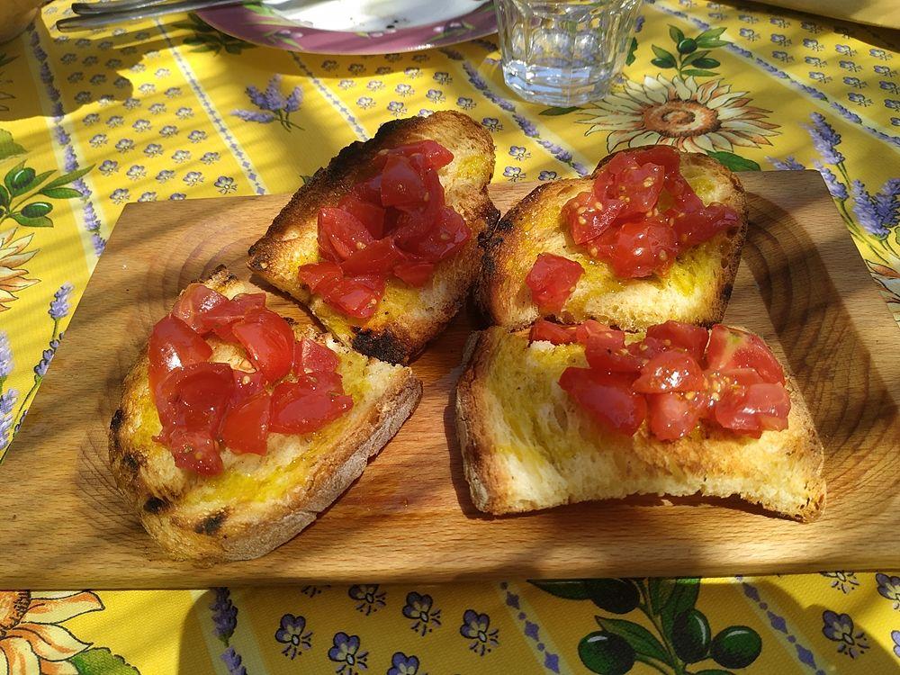 """Bruschette con i pomodori dell'orto alla Masseria didattica """"Fattoria Rovello"""", San Paolo di Civitate (Fg) - Ph. Luciana Doronzo"""