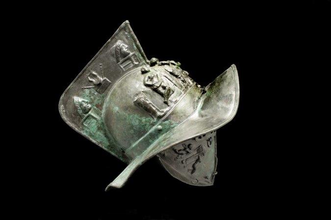 Elmo di gladiatore, in mostra al Museo Archeologico Nazionale di Napoli