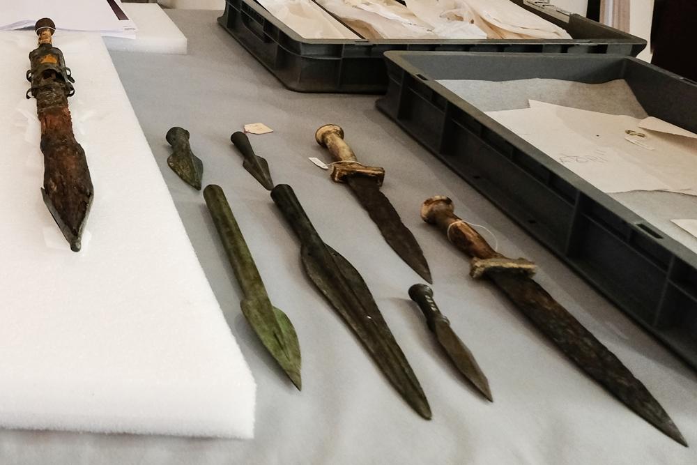 Pugnali e spade di gladiatori - Ph. Mario Laporta