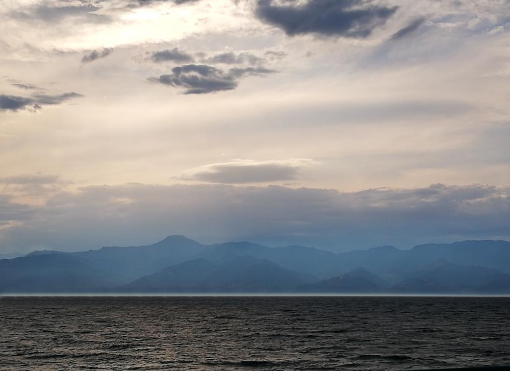 I colori cupi dello Stretto di Messina in inverno