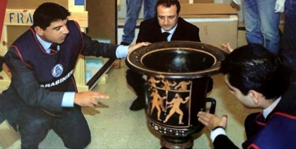 Il vaso di Assteas al suo rientro in Italia (a sin. il maresciallo Roberto Lai)