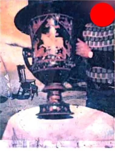 La polaroid del '74 con il vaso di Assteas appena trafugato