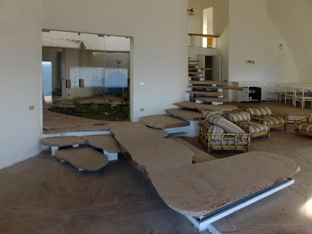 Scorcio del soggiorno e della scala in conci di granito - Image by Sardegna Abbandonata