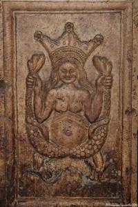 Part. di pilastro reggi-colonna nella Cripta della Cattedrale di Acerenza (Pz), XVI sec.: sirena bicaudata con corona – Ph. © Ferruccio Cornicello