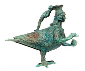 Fig. 3 - Askos in bronzo a forma di sirena dalla necropoli delle Murgie di Strongoli (l'antica Petelia), Museo Nazionale di Crotone