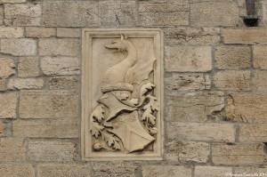 Al centro della facciata lo stemma con cimiero a foggia di drago della famiglia Ferrillo che nel '500 fece restaurare la cattedrale – Ph. © Ferruccio Cornicello