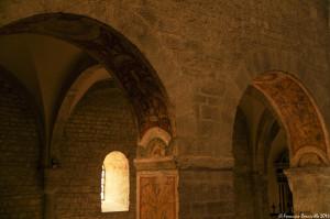 Negli archi che separano l'altare maggiore dal deambulatorio, resti di affreschi cinquecenteschi a grottesche - Ph. © Ferruccio Cornicello