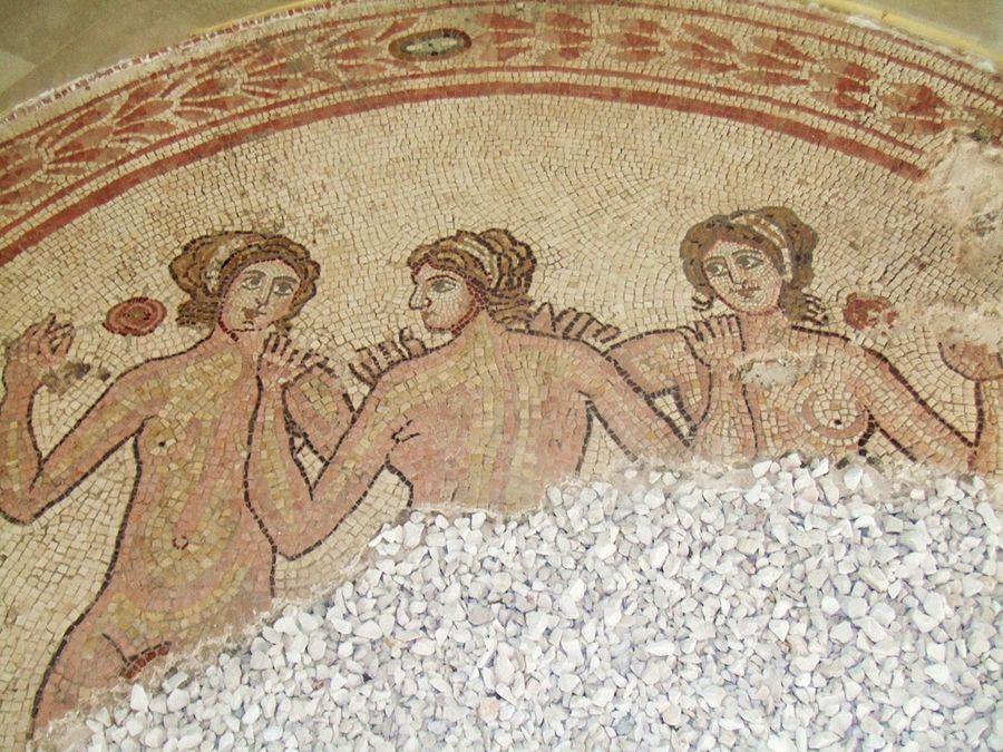 Mosaico delle tre Grazie dalla basilica civile romana, III-IV sec. d.C. – Museo Nazionale di Egnazia, Savelletri di Fasano (Brindisi) – Ph. Val Reid   ccby-sa2.0
