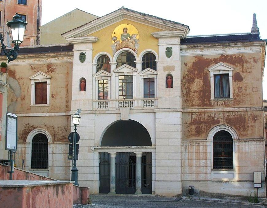 Calabria - Il Palazzo in cui ha sede la Biblioteca Comunale di Cosenza, sede anche della storica Accademia Cosentina fondata nel '500 dal filosofo Bernardino Telesio