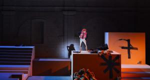 """Armida o """"Priscilla la regina del deserto""""?  A Martina Franca  non convince la messa in scena in stile Drag Show dell'opera di Traetta. Plauso alla parte musicale e vocale"""