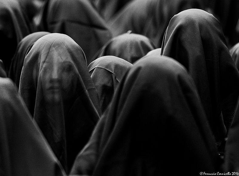 Le donne velate nel suggestivo corteo della Desolata, Canosa – Ph. © Ferruccio Cornicello | La photogallery completa a fondo pagina