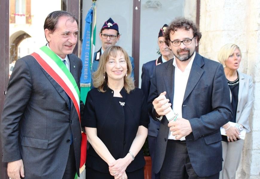 Il maestro Francesco Lotoro (a destra) riceve l'onoreficenza di Cavaliere Ordine al Merito della Repubblica Italiana dal Prefetto per la Bat Clara Minerva. A sin. il sindaco di Barletta Pasquale Cascella