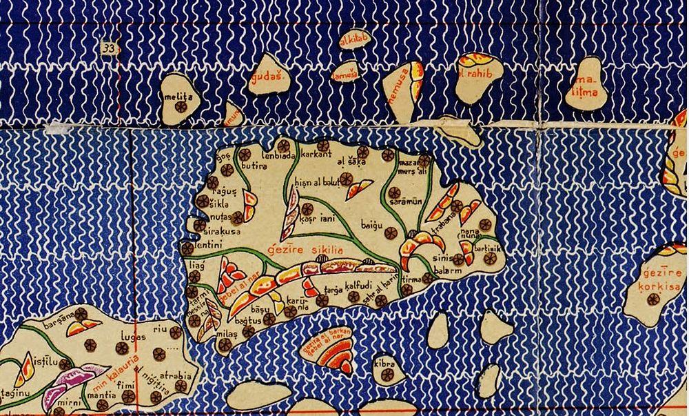 L'immagine cartografica della Sicilia, vista da Nord, tratta dal mappamondo in 70 fogli del geografo arabo Al-Idrisi, conosciuto come Tabula Rogeriana e allegato ad una descrizione del mondo nota come La delizia di chi desidera attraversare la terra o, più comunemente, come Libro di Re Ruggero, 1154