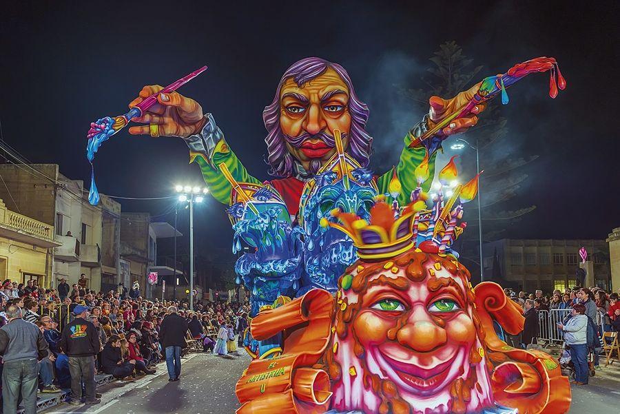 Malta - Immagine notturna del carro allegorico che al Carnevale di Gozo rende omaggio al pittore calabrese Mattia Preti - Ph. Daniel Cilia per Racconta il tuo Sud