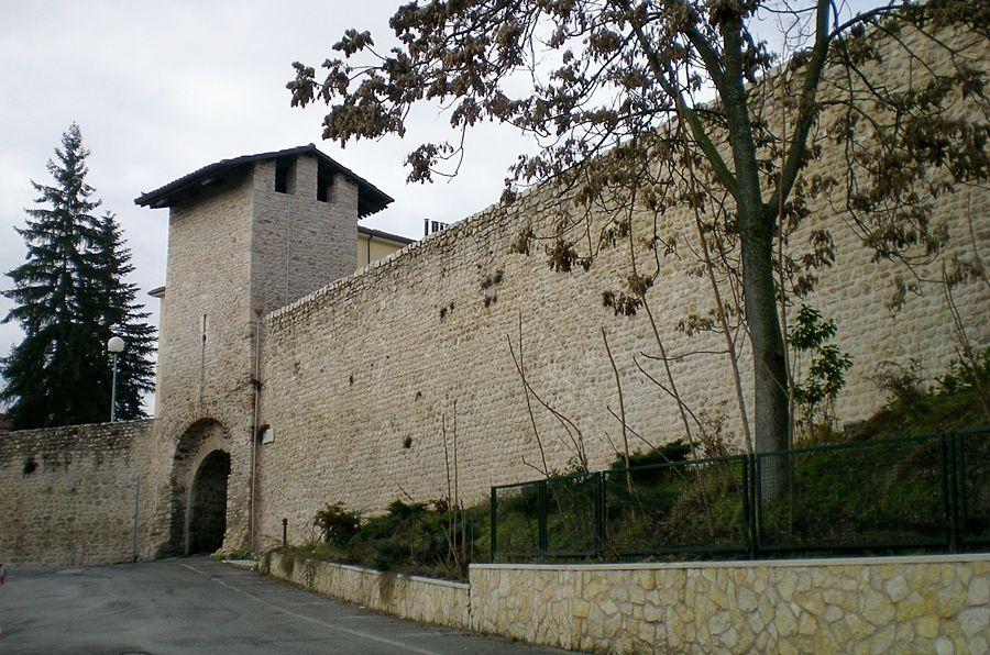 Abruzzo - La cinta muraria nei pressi di Porta Leoni - Ph. Lasacrasillaba | CCBY-SA3.0
