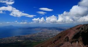 Il Golfo di Napoli visto dalla cima del Vesuvio, scatto segnalato dalla napoletana Ethel Martinelli