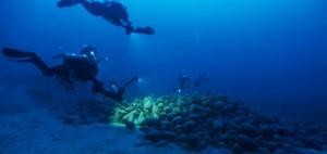 Ritrovata alle Eolie nave greca affondata 2000 anni fa. Fra i reperti, un altare su colonnina con rilievo a onde marine