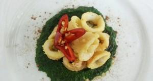 Ricette d'Autore   Anelli di calamari fritti con peperoncino su crema di spinaci e polvere di liquirizia Amarelli