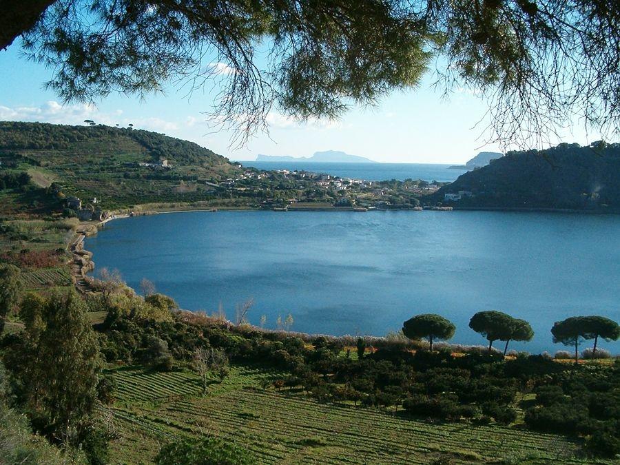 Campania - Il Lago d'Averno, Pozzuoli (Napoli) - Ph. Denghiù | Public domain