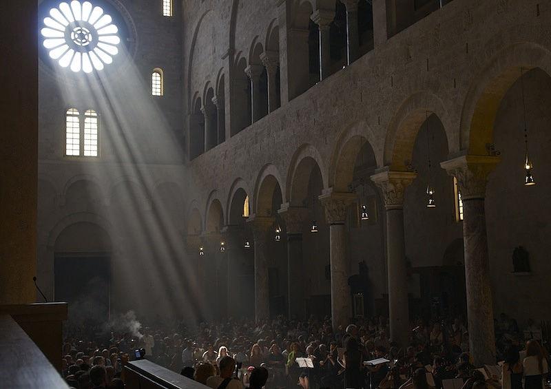Puglia - Il sole che filtra dal rosone centrale della Cattedrale di S. Sabino (Bari) ne proietta la sagoma luminosa sul rosone intarsiato in marmo sul pavimento davanti all'altare maggiore - Ph.: © Ferruccio Cornicello