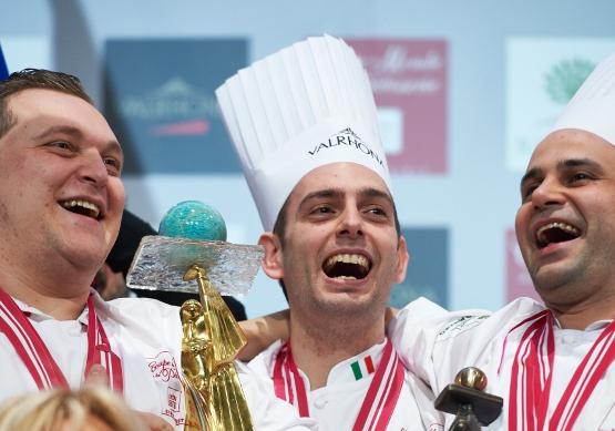 Francesco Boccia (al centro) esulta dopo la vittoria - Ph. Coupe du Monde de la Pâtisserie