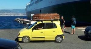 Rientra dalle vacanze in Sicilia con una cassa da morto sul portapacchi. L'immagine virale che ha scatenato il web