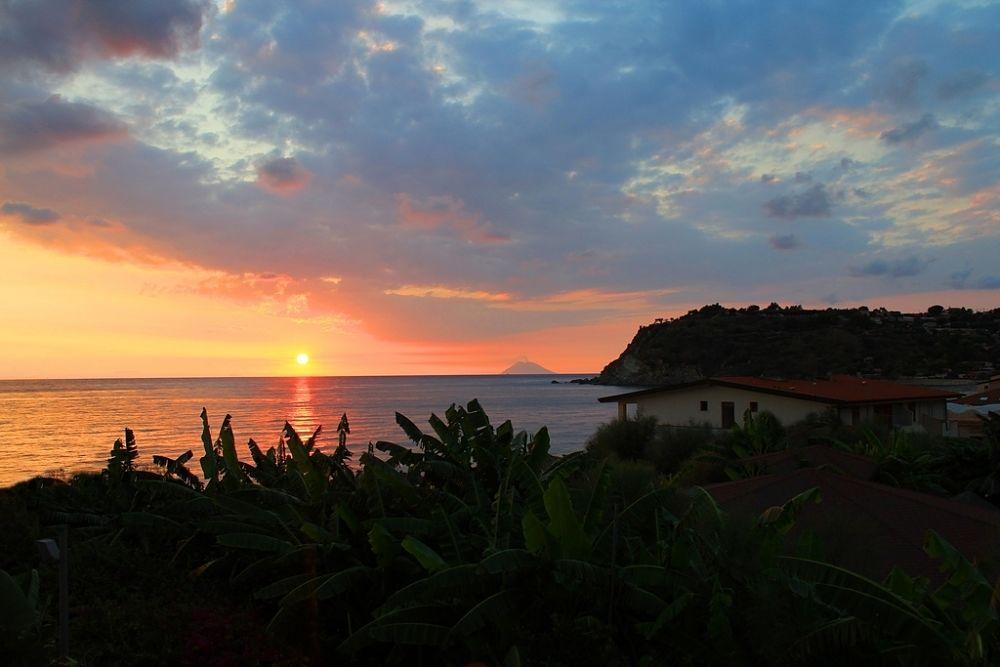 Calabria - Capo Vaticano, Ricadi (Vibo Valentia) al tramonto. Sullo sfondo, la sagoma dell'isola-vulcano Stromboli - Ph. Alfonso Minervino   CCBY-SA2.0