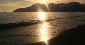 Racconta il tuo SUD   La Costiera Amalfitana vista da Salerno al tramonto, del calabrese Nunzio Marco Guzzi