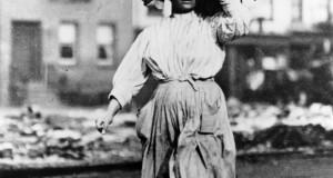 Una donna del Sud Italia per le strade di New York, nello scatto di Lewis W. Hine