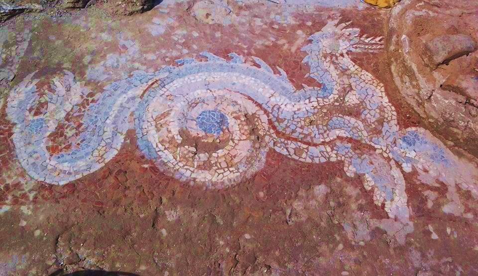Calabria – Il meraviglioso drago azzurro (III sec. a.C.), parte del grande mosaico ritrovato nel 2012 nel corso degli scavi nella città magno-greca di Kaulon, a Monasterace Marina (Reggio Calabria) – Courtesy Museo Archeologico di Monasterace