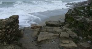 Kaulonia torna a rischiare il crollo in mare. I fondi ci sono ma le autorità latitano. Appello del sindaco di Monasterace