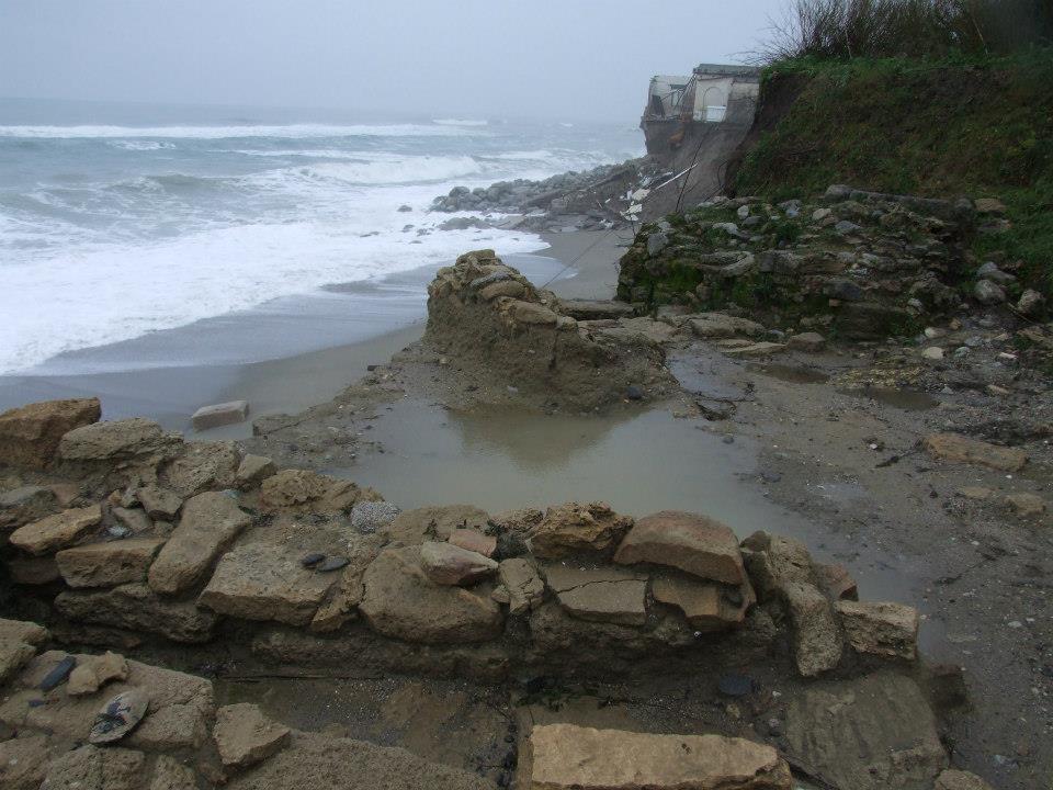 Calabria – Il sito archeologico dell'antica città magno-greca di Kaulonia in crollo per le mareggiate - Ph. Kaulon CasaMatta