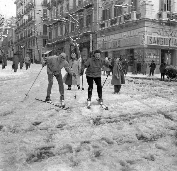 Sciatori a Napoli in via Scarlatti, febbraio 1956 - Ph. Archivio Carbone