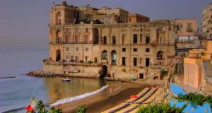 Palazzo Donn'Anna: un misterioso capriccio di pietra sul mare di Napoli