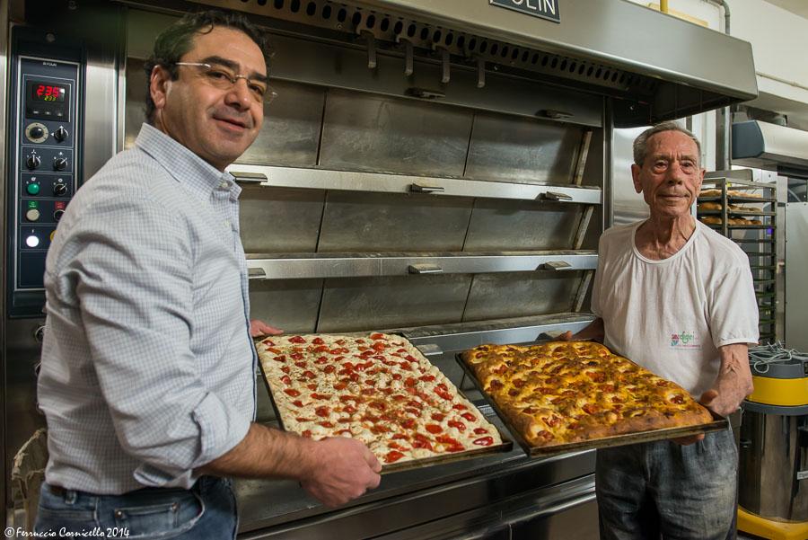 Andrea Minervino e suo padre nel panificio di famiglia – Ph. © Ferruccio Cornicello