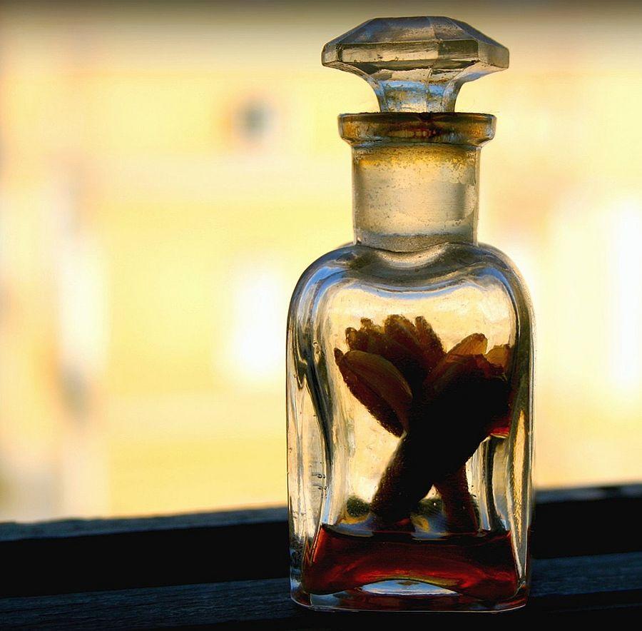 Antica boccetta per profumi con fiori in infusione - Ph. Juan Antonio F. Segal | CCBY2.0
