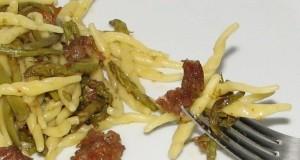 Pasta con asparagi selvatici e salsiccia