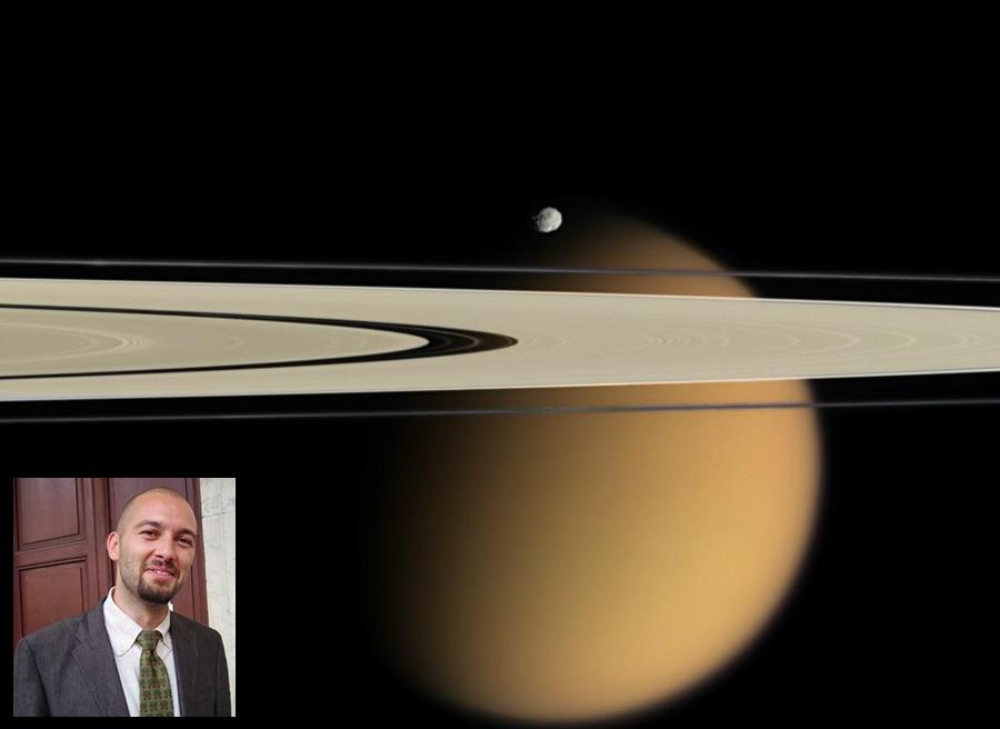 Titano (sullo sfondo in arancione), una delle 62 lune di Saturno (nell'immagine due dei suoi anelli). Nella foto piccola lo scenziato abruzzese Marco Mastrogiuseppe - Ph. Nasa Goddard Photo and Video | CCBY2.0