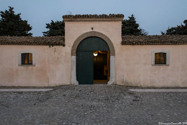 Puglia - L'ingresso di una delle grandi stalle dell'antica Stazione di Posta di Ponte di Bovino (Fg): I° sec. a.C. - XIX sec. d.C.– Ph. © Ferruccio Cornicello | Photogallery nella pagina