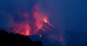 Eruzione spettacolare a Stromboli. Il vulcano preso d'assalto dai turisti