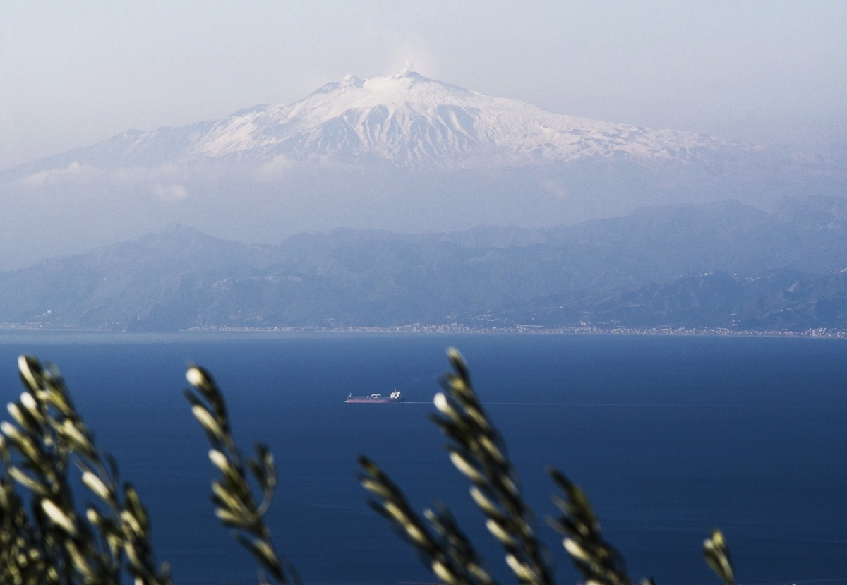 Calabria - Visione magica dello Stretto di Messina, con l'Etna innevato sullo sfondo