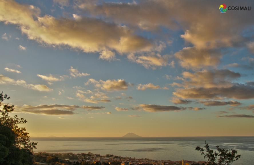 Calabria - L'isola-vulcano di Stromboli vista dal Monte Poro - Ph. Cosimali per Racconta il tuo Sud