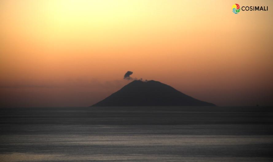 Calabria - L'isola-vulcano di Stromboli vista da Tropea al tramonto - Ph. CosiMali per Racconta il tuo Sud