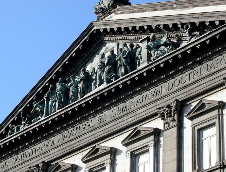 """Campania - Scorcio della facciata dell'Università """"Federico II°"""" di Napoli - Ph. Judith Stanford"""