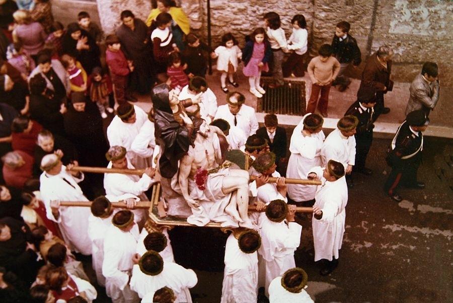 Calabria - Immagine anni '70 della Processione della Madonna Addolorata che si tiene a Nocera Terinese (Cz) il Sabato Santo di ogni anno - Ph. Domenico Puntillo per Racconta il tuo Sud | Photogallery a fondo pagina