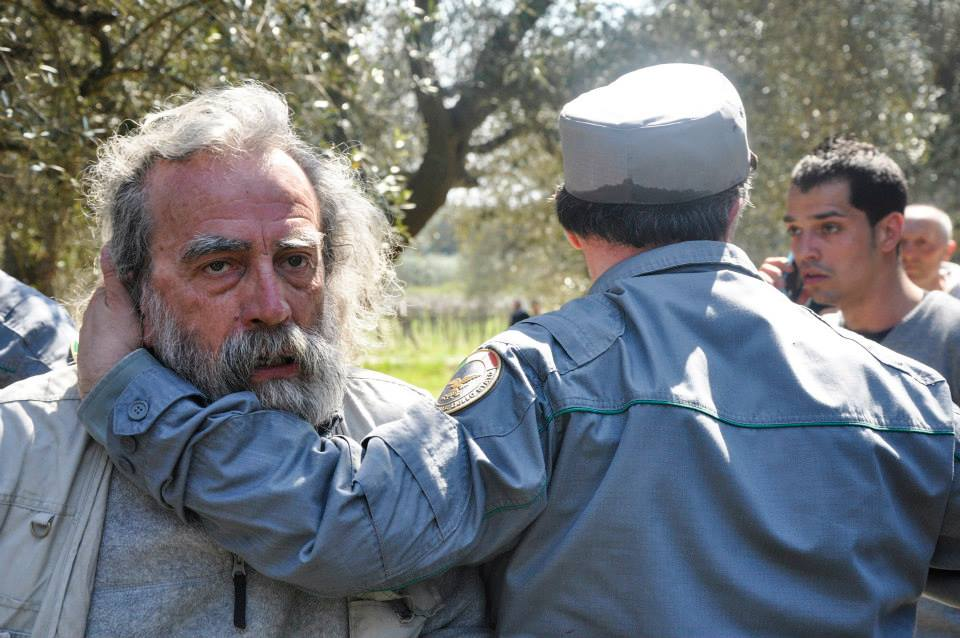 Puglia - Lo sguardo sconvolto dell'agricoltore Gino Ancona di fronte al taglio dei suoi ulivi secolari - Ph. Valerio Saracino - FdS: courtesy dell'Autore