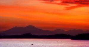 Fuochi dell'alba sul Golfo, scatto del campano Roberto Composto