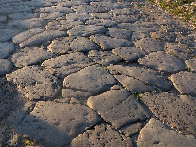 Immagine di un pezzo di lastricato della via Popilia/Annia